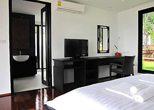 Bed / Bathroom in the Plub Pla Resort on Koh Mak